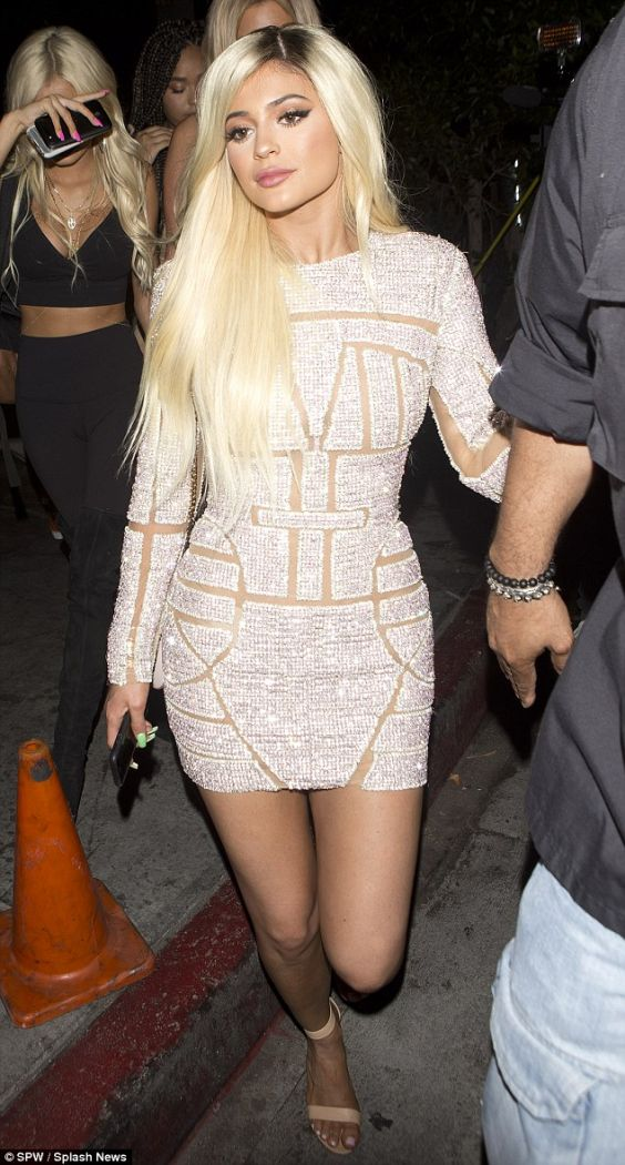 Kylie Goes Blond for Her 18th Birthday While Kendall Keeps ...