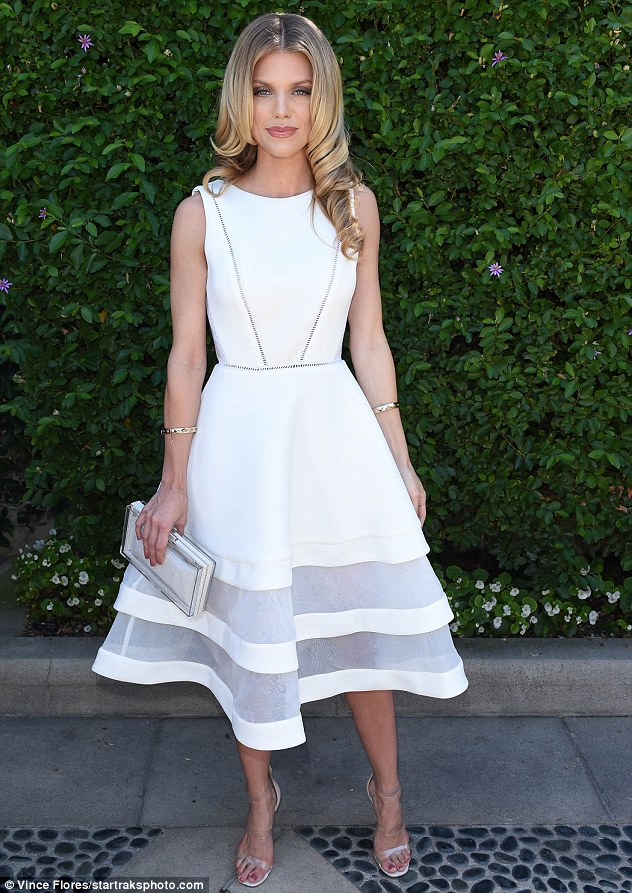 38ca0c4300000578-3807177-back_to_90210_annalynne_mccord_looked_angelic_in_white_at_sexual-m-1_1474928617563