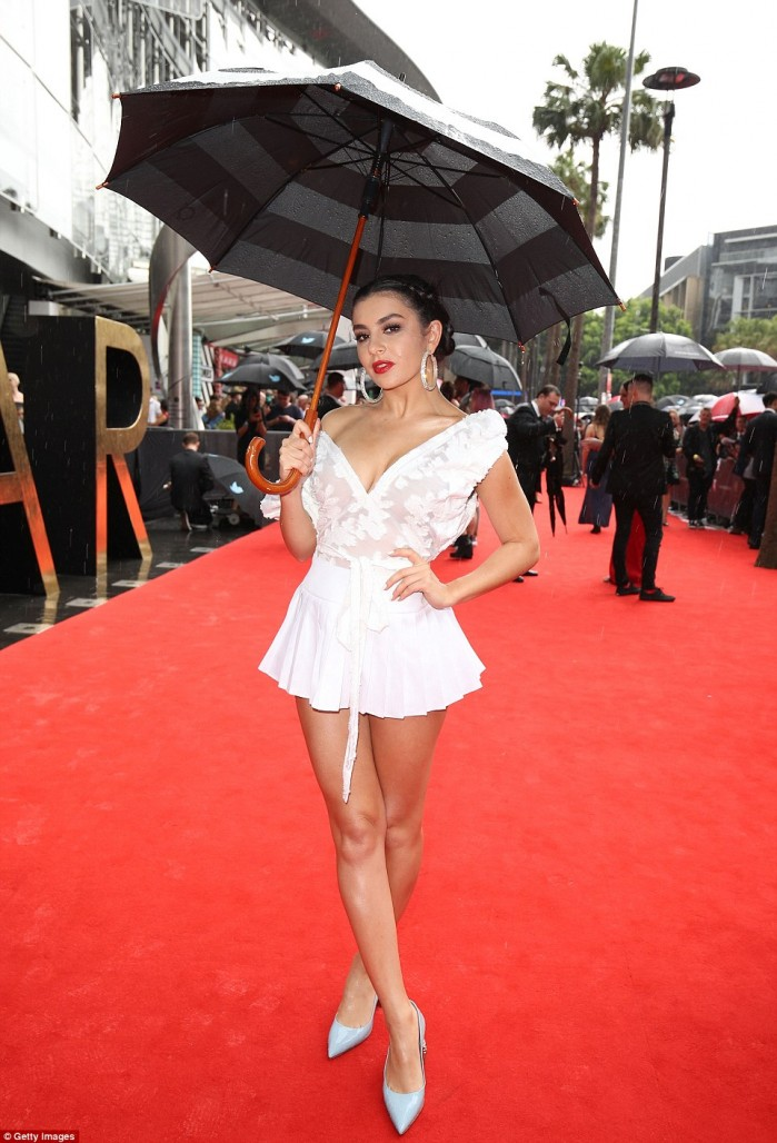 3aac737c00000578-3963140-not_letting_the_rain_stop_her_the_brunette_appeared_in_good_spir-a-77_1479885831733