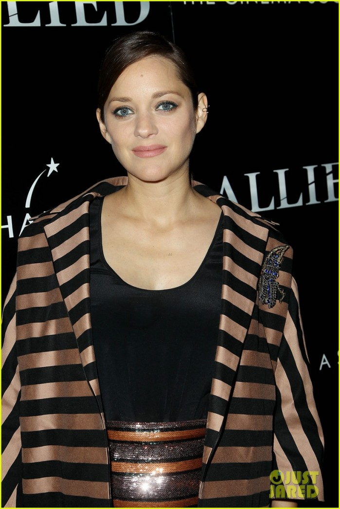 pregnant-marion-cotillard-accentuates-baby-bump-at-allied-screening-07